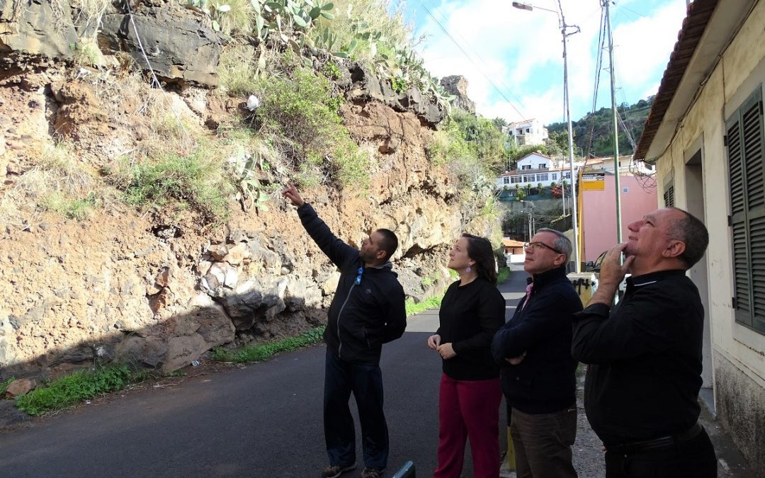 JPP alerta para perigo na rua do Lazareto devido à falta de limpeza da encosta